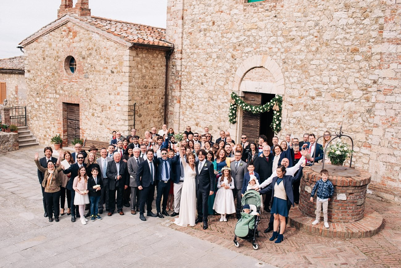 Group photo of a wedding in Tuscany